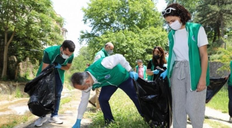 Başkan Aktaş dere kenarında çöp topladı