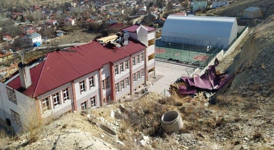 Şiddetli rüzgar okulun çatısını uçurdu!