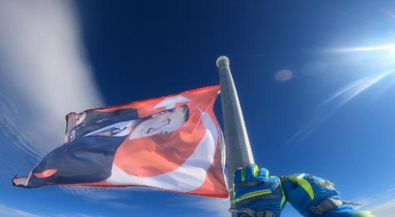 Uludağ'ın zirvesindeki Türk bayrağını dağcılar yeniledi